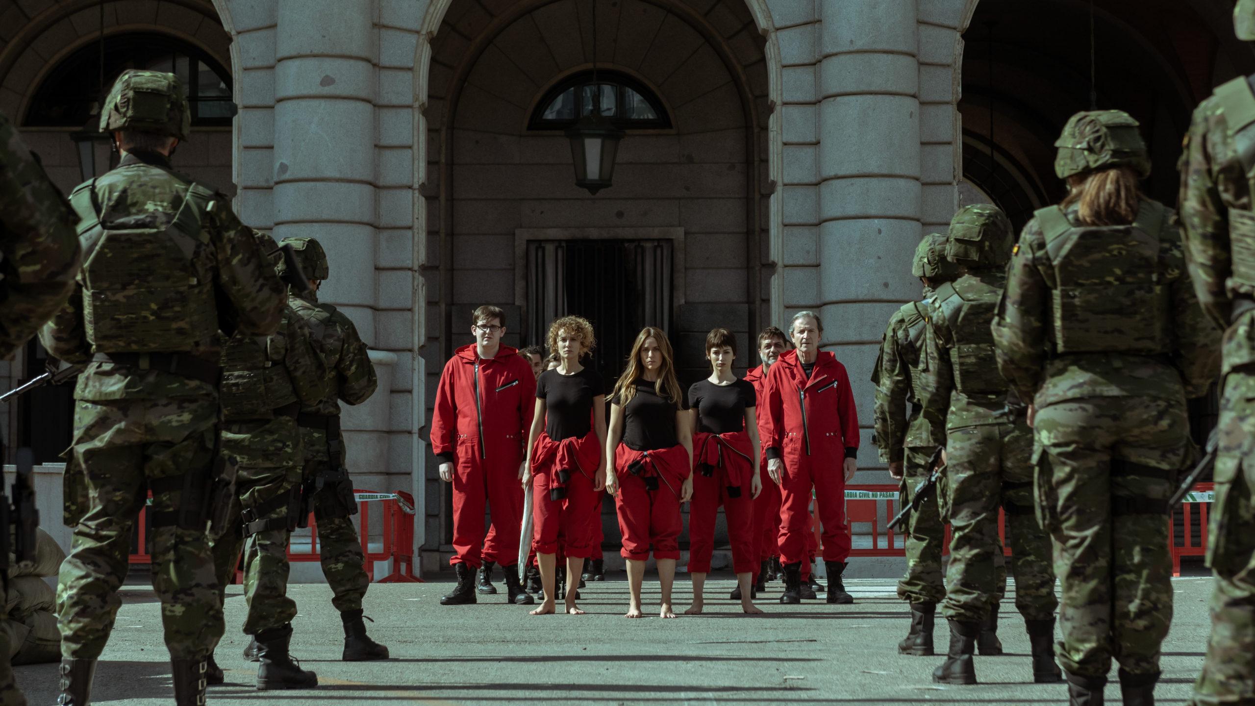 LA CASA DE PAPEL (L to R) CARLOS SUÁREZ as MIGUEL, ESTHER ACEBO as ESTOCOLMO, ITZIAR ITUÑO as LISBOA, ÚRSULA CORBERÓ as TOKIO, ENRIQUE ARCE as ARTURO, PEP MUNNÉ as GOBERNADOR in episode 02 of LA CASA DE PAPEL. Cr. TAMARA ARRANZ/NETFLIX © 2020